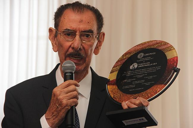 Alejandro Limón Padilla recibe reconocimiento por parte de Grupo 21. Fotografía: Roberto Córdova-Leyva