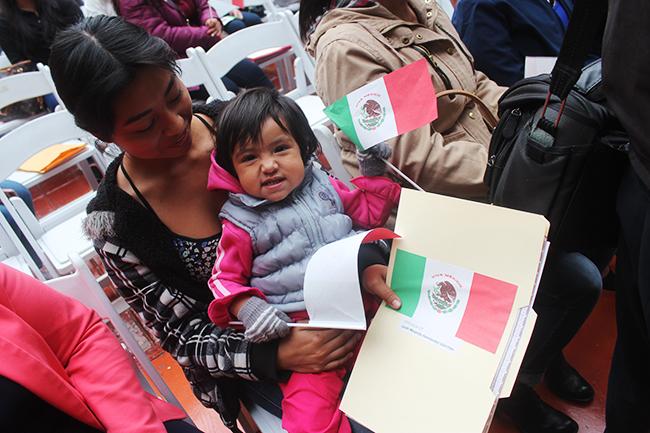 Bebé sonriente en la entrega de nacionalidades mexicanas