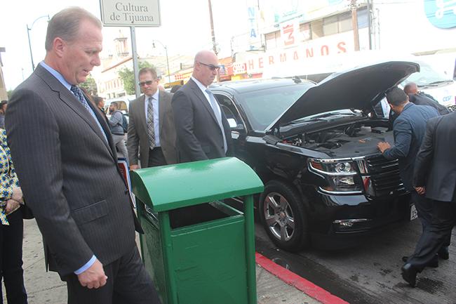 """Kevin Faulconer, alcalde sandieguino, observa mientras agentes de la Policía Municipal de Tijuana """"meten mecánica"""" a su camioneta. Fotografía: José Alfredo Jiménez"""