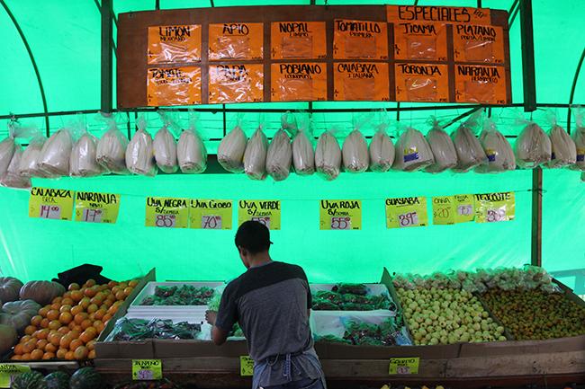 En el mercado de frutas y verduras. Fotografía: Roberto Córdova-Leyva