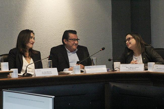 La síndico procuradora Ana Marcela Guzmán y los regidores Arnulfo Guerrero y Mónica Vega sonríen. Fotografía: José Alfredo Jiménez