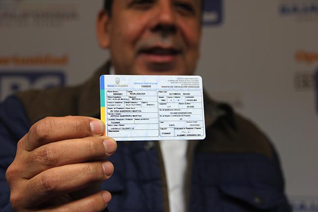 El Director de Ingresos, Nolberto González, muestra la tarjeta de circulación renovada para el 2018. Fotografía: Roberto Córdova-Leyva